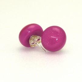 Boucles d'oreilles percées rose fushia en résine 1.3 cm