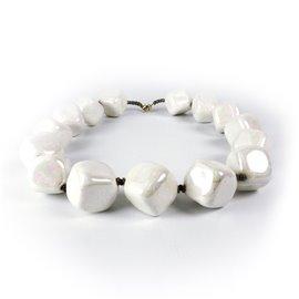 Collier fantaisie Kazuri céramique blanc irisé cubes -