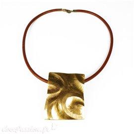 Collier torque cuivre médaillon doré martelé -