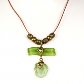Collier fantaisie Nathalie Borderie lien cuir médaillon vert -