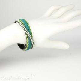 Bracelet Cheny's aimanté vert avec strass vert amande, chainettes vert et doré, pelage vert - attache en métal doré