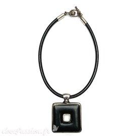 collier-fantaisie-torque-cuir-noir-et-carre-argent-et-noir-bijou-createur-ubu-paris-ref-00242