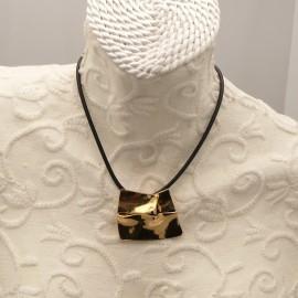 collier-fantaisie-chule-lien-noir-et-medaillon-dore-froisse-bijou-createur-chule-ref-00288