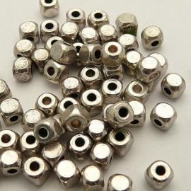 Perles métal carré vieil argent qu10