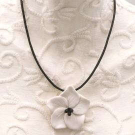 Collier fantaisie créateur Annie Burnotte hibiscus blanc